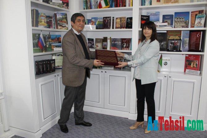 Özbəkistanın Azərbaycan Səfirliyindən MEK-ə kitablar hədiyyə edilib