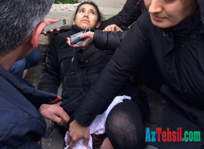 Bakıda məktəbli qız küçədə qan içərisində fəryad edir-FOTO