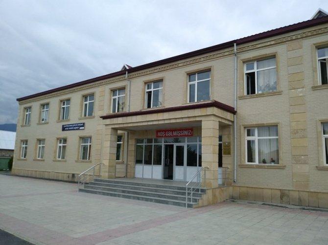 Balakən rayonu Qullar kənd iki saylı tam orta məktəbi  müasir standartlara cavab verən təhsil müəssisələrindəndir.