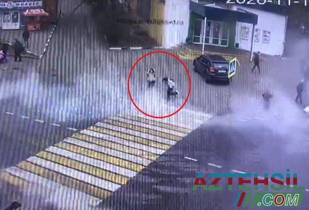 Məktəblilər yolu keçərkən istilik borusu partladı, uşaqlar yandı – VİDEO