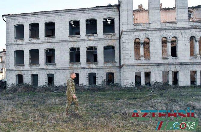 Prezident Şuşa Realnı Məktəbinin dağıdılmış binası ilə tanış olub