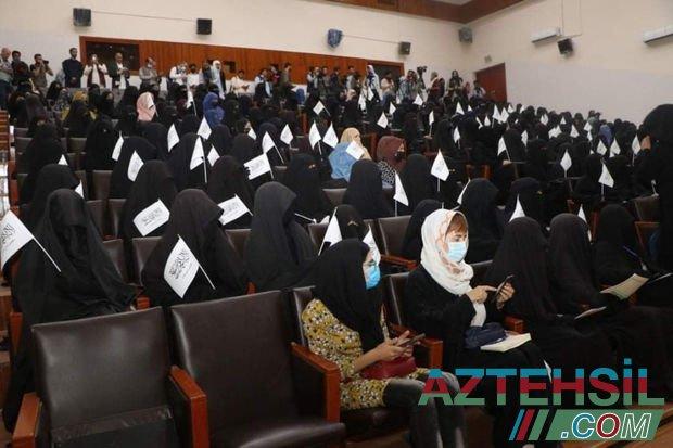 """""""Taliban""""ın qadağalarını dəstəkləyən Əfqan qadınlar universitetdə aksiya keçirib - FOTO"""